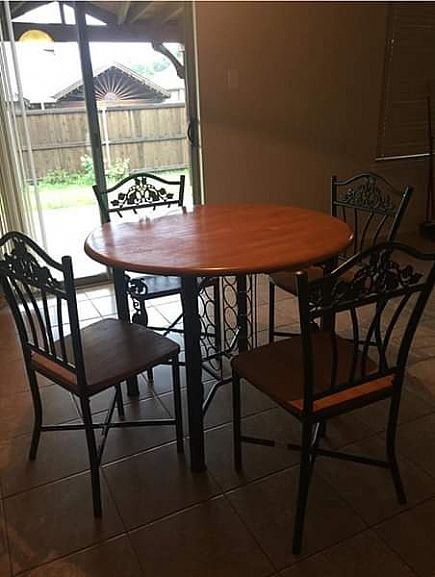 ad table with 4 chairs