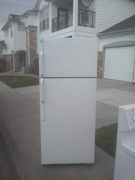 ad nice general electric refrigerator with ice maker
